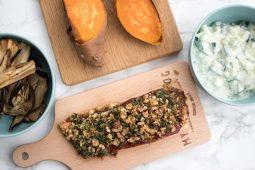Zalm met harissa kruidenkorst, gepofte zoete aardappel en gegrilde aubergine