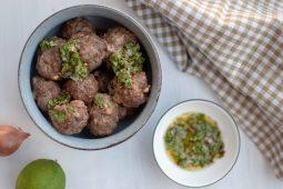 Gehaktballen met chimichurri saus