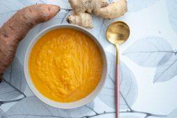 Zoete aardappelsoep met gele paprika en wortel