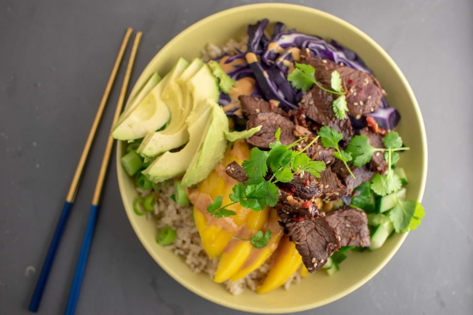 Bulgogi bowl met mango, rode kool en avocado
