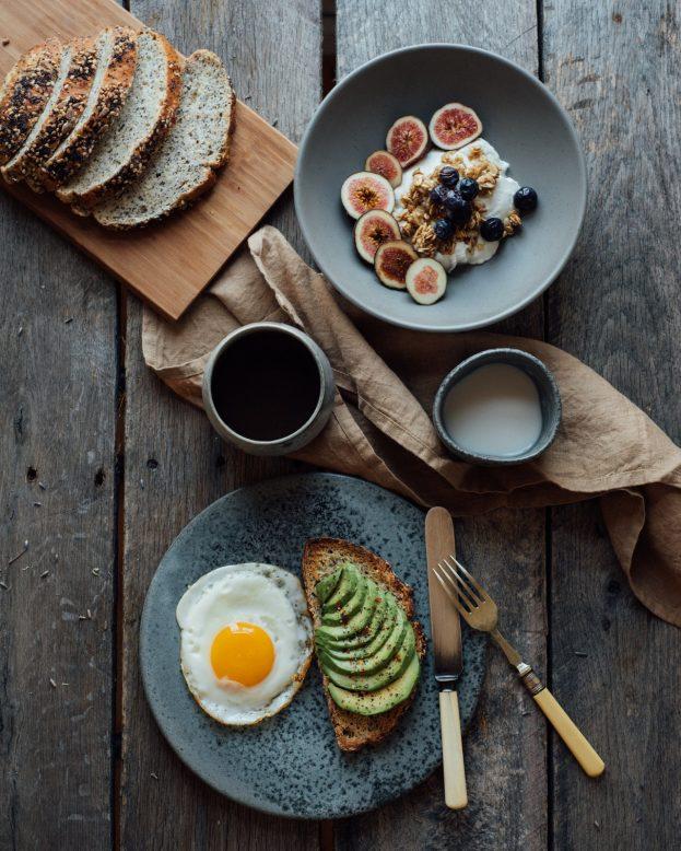 ontbijt met o.a. eieren en fruit